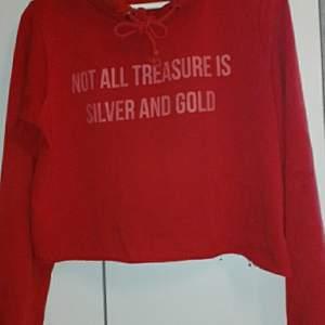 Tröja från bikbok en röd tröja köpt för ca 2 år sedan kanske använder ej längre för inte min stil användes dock bra när den va nyköpt. Står Not all treasure is silver and gold på.