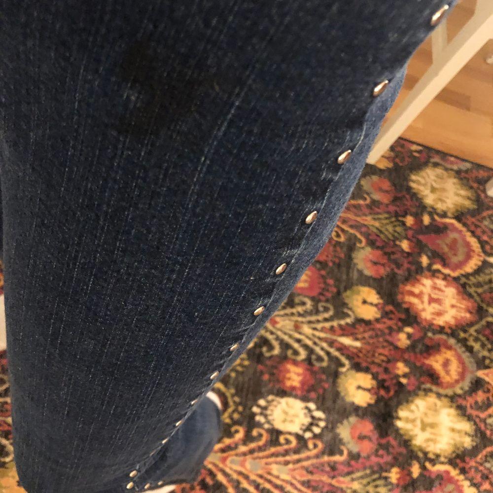 """Rätt så låga vintagejeans med """"studs"""" på sidorna. Såå coola! Har en liten fläck på ena höften, något som bara syns när man kollar nära, annars """"smälter"""" den in!💛. Jeans & Byxor."""