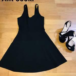 Väldigt bekväma klackar tillsammans med en snygg svart klänning. Bästa matchen för en date night eller ett glas bubbel med tjejerna 🌹🥂 storlek 39 på klackar och S på klänningen