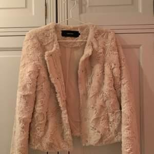 En lurvig och jätteskön jacka i beige/smutsrosa från Vero Moda. Jackan är i mycket bra skick och passar perfekt till våren! Frakt tillkommer🚚