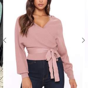 Säljer denna stickade tröja köpt från Fashion Nova. Säljer den pågrund av att den ej passar. Den är alltså endast testad och är som ny😄 säljer för 50kr+frakt