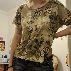 Såå fin tshirt med snirkliga mönstwr köpt på plick som tyvärr inte kommer till användning:(❤ jag brukar ha strlk s:)