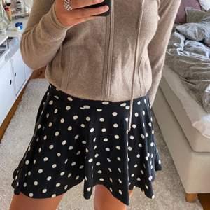 Säljer min gulliga prickiga kjol, vet ej var den är ifrån tyvärr. Passar mig som har s men skulle nog även passa en m💕