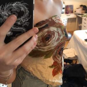 Blommig sjal/topp från okänd märke 🥰 Köpt secondhand och går att knyta på flera olika sätt, är justerbar ⚡️