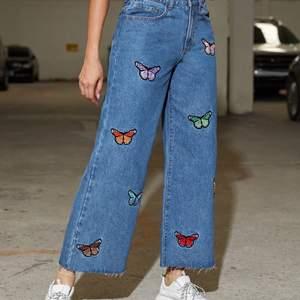 Utsvängda jeans me fjärilar som har olika färger, säljer för de var lite små. nypris 299kr
