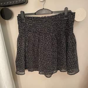 Smockad kjol med prickar. Jättefin på, använd 7 gånger.