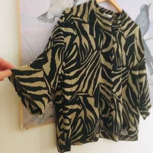 Skön skjortliknande tröja med halvlånga ärmar. Så fint mönster! Från weekday i storlek S.