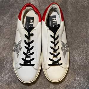 Hej! Säljer dessa as snygga skor från golden goose som är Max använda 4 gånger och är i skit bra skick  de är höga med paljetter där bak och på sidan och självklart äkta (nypris 7500) jag säljer de för 3500 och jag bjuder på frakt