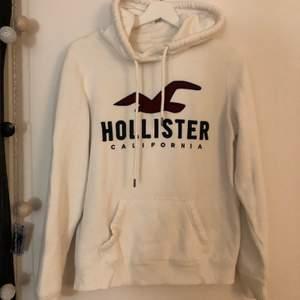 Säljer denna Hollister hoodie som inte kommer till användning längre! Frakt ingår i priset🥰
