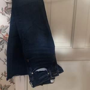 Mörkblåa Bootcut jeans ifrån ZARA i strl 34 , väldigt sköna och stretchiga knappt använda :)