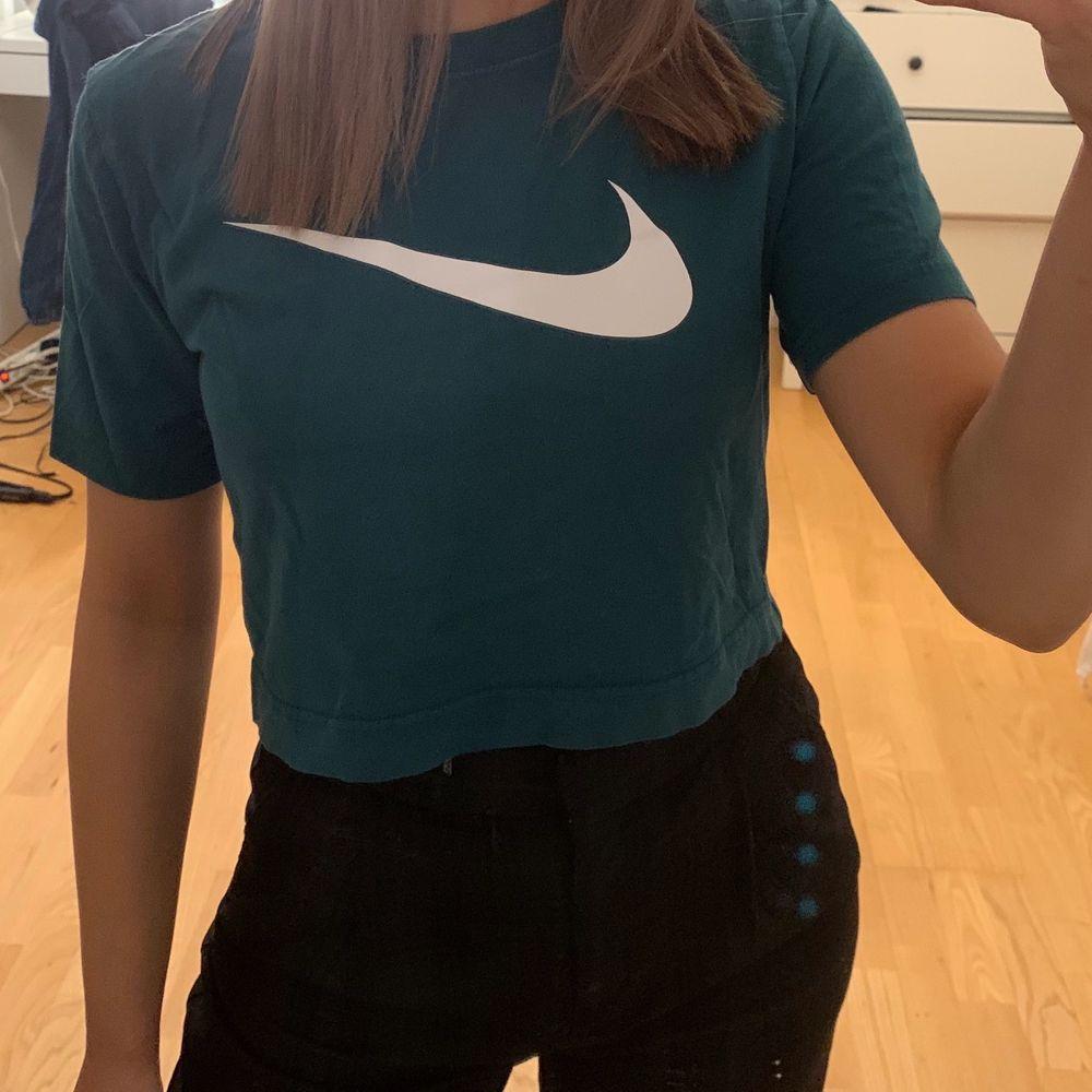 Säljer en mörkgrön t-shirt ifrån Nike. I 34. T-shirts.
