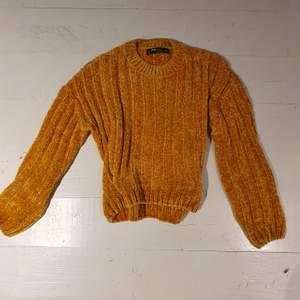 En stickad tröja i chenille köpt på new yorker. Använd ett fåtal ggr. Står storlek xxs men passar upp till S. Färgen stämmer bäst överens med andra bilden ☀️🌟❤️🥰 frakt tillkommer