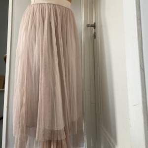 """Ljus """"smuts rosa"""" kjol. Jätte mjukt undertyg så väldigt skön, resår i midjan. Nypris 499. Passar typ alla storlekar."""