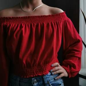 Snygg röd of the shoulder, storlek L, säljes för 100kr, pris kan diskuteras :)