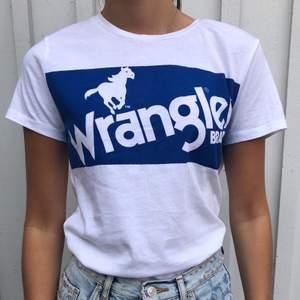 Säljer en snygg wrangler tröja som är knappt använd, endast 1 gång 💕 Den är i storlek xs men passar även för större storlekar! PRISET KAN SÅKLART DISKUTERAS!