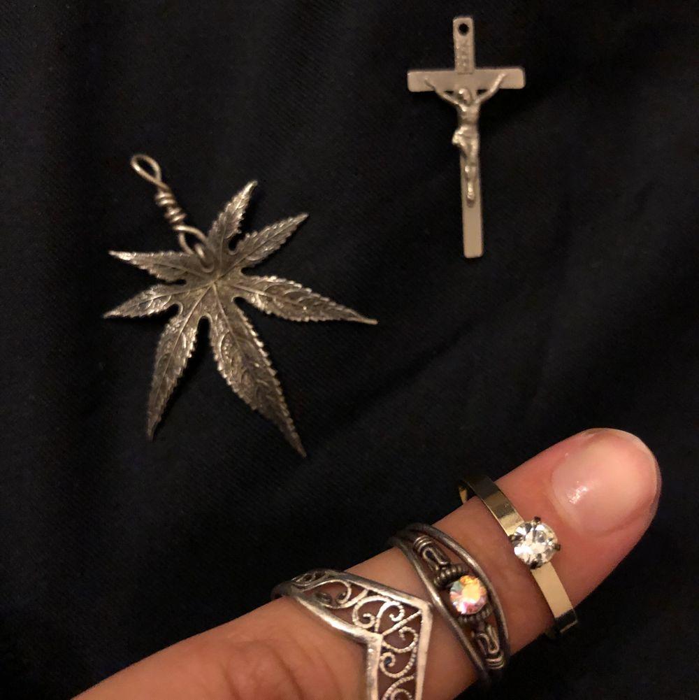 Domhär silver ringarna och halsbandsberlockerna är av äkta silver! Silver stämpel finns! 100kr/styck / frakt är inkluderat! Om ni är intresserade eller har frågor är det bara att kontakta mig!😊 FLER SILVER SMYCKEN FINNS PÅ MIN SIDA, TA EN TITT!. Accessoarer.