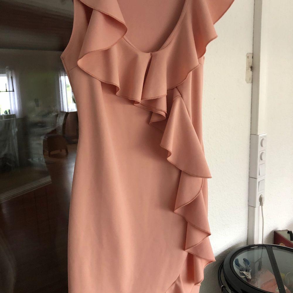 Väldigt vacker klänning som är användbar på sommaren. Använd få gånger. Kan även passa en storlek S. Frakt tilkommer. Klänningar.
