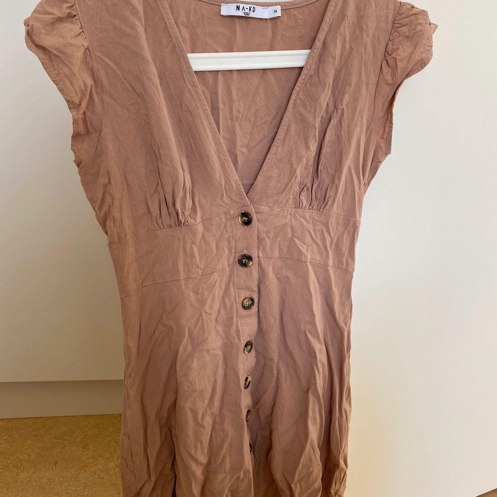 Beige klänning, aldrig använd, storlek 36. Klänningar.