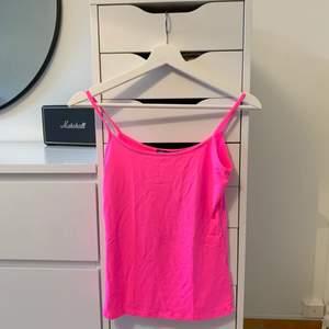 Populärt linne från zara i en fin rosa färg💕💞💓💗💘💖 storlek s och den sitter så fint på, säljer då jag inte fått användning av den, haft den max 3 gånger. Säljer för 60kr + frakt (om fler är intresserade blir de budgivning)