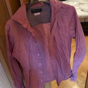 Skjorta från J&J, inte använd på några år därav att den är ganska skrynklig på bild men det går att stryka bort. Inga märken eller revor i skjortan. Kan skickas om köparen står för frakten.