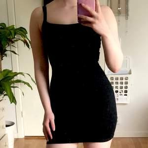 Svart tight klänning från Pretty little thing. Aldrig använd och har prislappen kvar. Säljes pga för liten, det är en storlek 36 men skulle säga att den passar mer som en 32-34. Köpare står för frakt 💕🦋