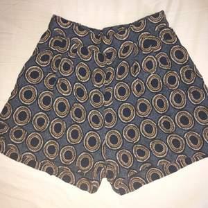 Somriga highwasted shorts med skönt material och fint mönster. Har även två fickor på sidorna. Strl 34. Säljer för att de är för små på mig :'(