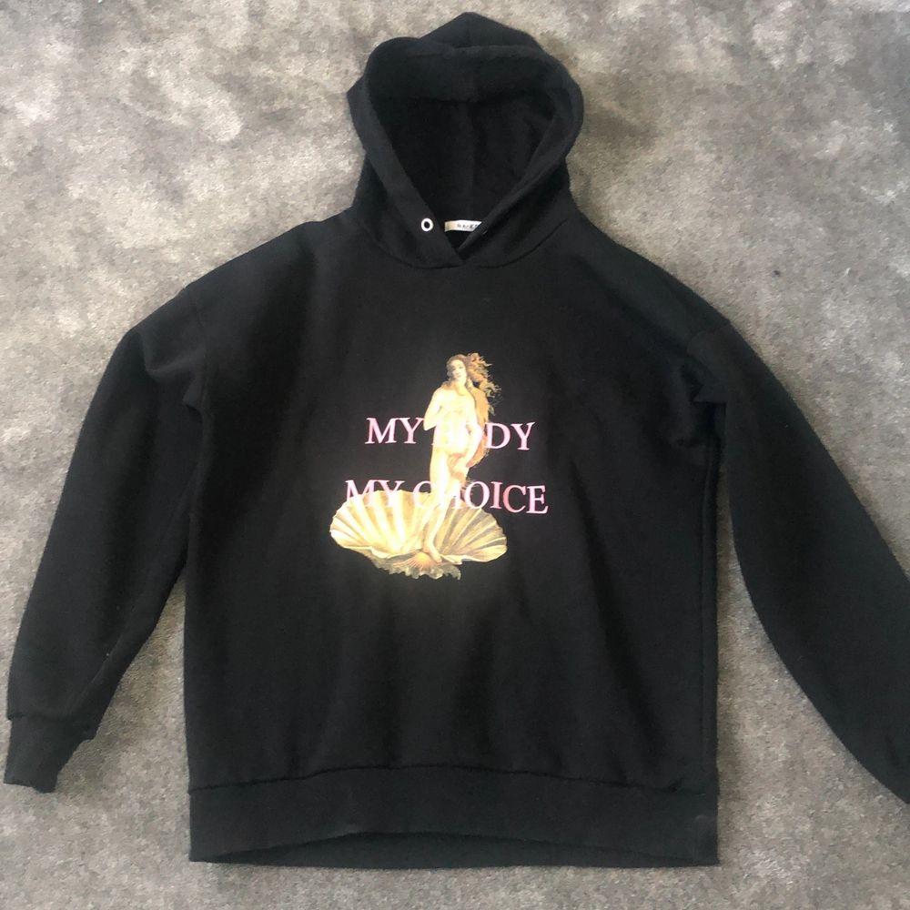 En mysig oversized hoodie från NAKD i strl S och är i bra skick! 270 inkl frakt!. Huvtröjor & Träningströjor.