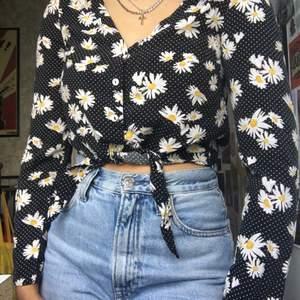 Jätte söt sommar blus som passar perfekt till sommaren 🌻☘️ sista knappen är ersatt