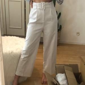 """Vida """"kostymbyxor"""" i vitt med bälte. Jätte fint skick! Bilderna som ligger ute är de som finns då jag är mitt i en flytt & ej kan skicka fler."""