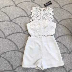 säljer denna helt oanvända jumpsuit från boohoo!! nyskick, säljer då den inte passar!!💘 perfekt till sommaren, studenten eller skolavslutningen!!🥰 frakt tillkommer🥰