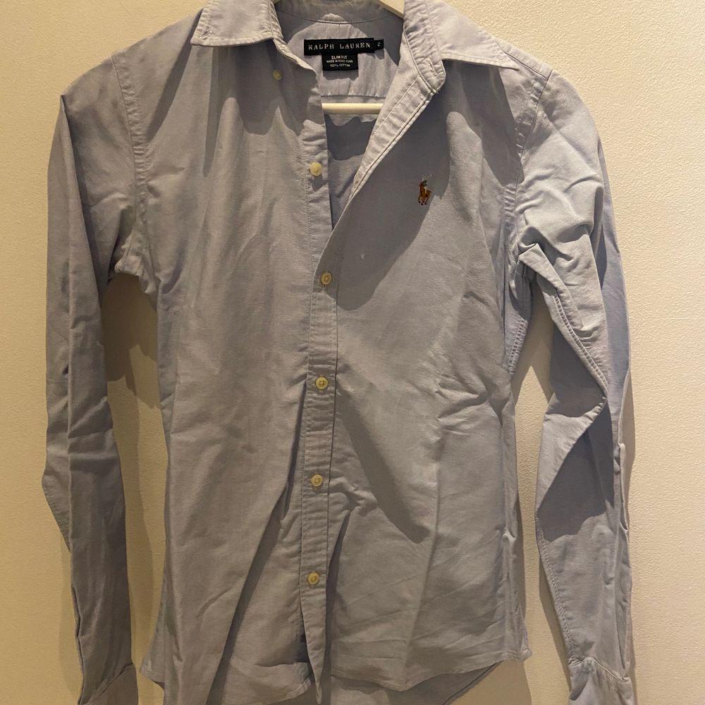 Klassisk skjorta från Ralph Lauren i slim fit i väldigt bra skick. Skjortor.