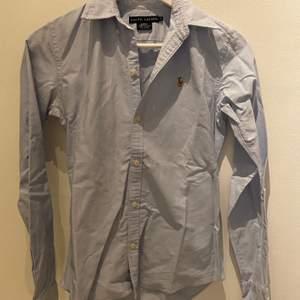 Klassisk skjorta från Ralph Lauren i slim fit i väldigt bra skick