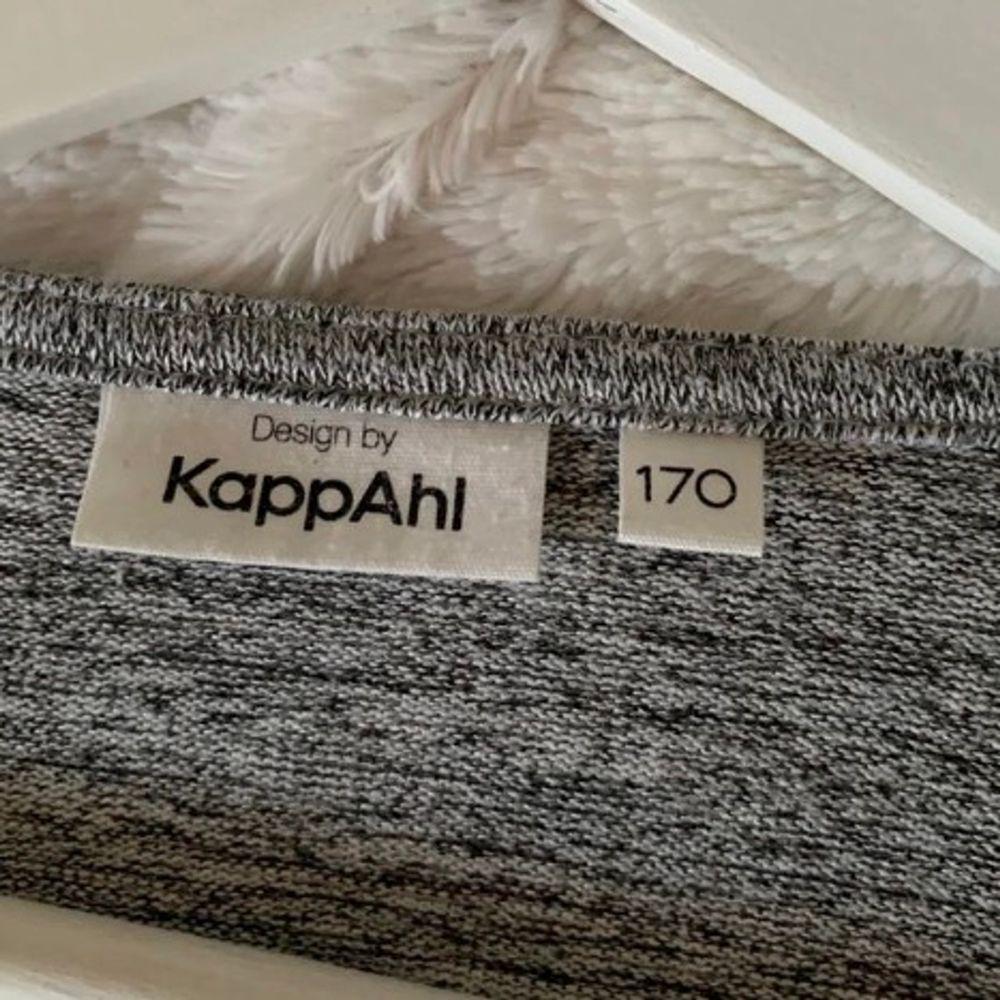 Jätte fin grå lång kappa från Kappahl. I storlek 170 men skulle säga att det passar en XS också! I superfint skick! Frakt tillkommer och betalning sker via swish💓 Skicka ett meddelande om du har några frågor, vill diskutera pris eller om du vill ha fler b. Tröjor & Koftor.