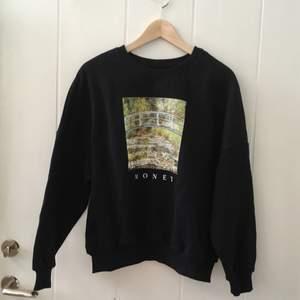 Halvlång svart tjocktröja med Monetmålning, aldrig använd.                         Mysigaste tröjan!!!❤️❤️❤️