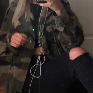 En militär jacka köpt i second hand butik i Köpenhamn, bra skick med fickor på sidan. Ingen dirket storlek, men jag har storlek s i det mesta och denna sitter lite oversize på mej🌸💘Frakten ingår i priset 💘