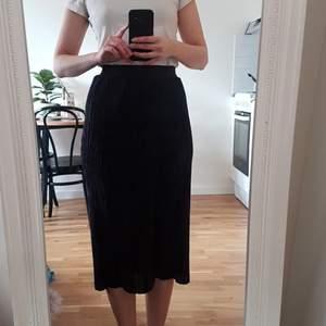 Ny svart/mörkgrå plisserad midikjol i glansigt tyg från Mango Casual i strl. S, gjord av 100% polyester. Frakt är inräknat i priset. Skickar i postens blå påsar och samfraktar gärna. Tar helst emot betalning via Swish. 🌻