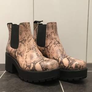 Strl 38, Nyskick, endast testade. Kommer i original förpackning. Jättesköna skor, säljer pga jag känner att det inte passar min stil.  Originalpris 1198kr, priset kan diskuteras.