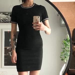 Svart ribbad klänning som är superstretchig. Använd fåtal gånger! Jag är 167cm lång och har storlek small!