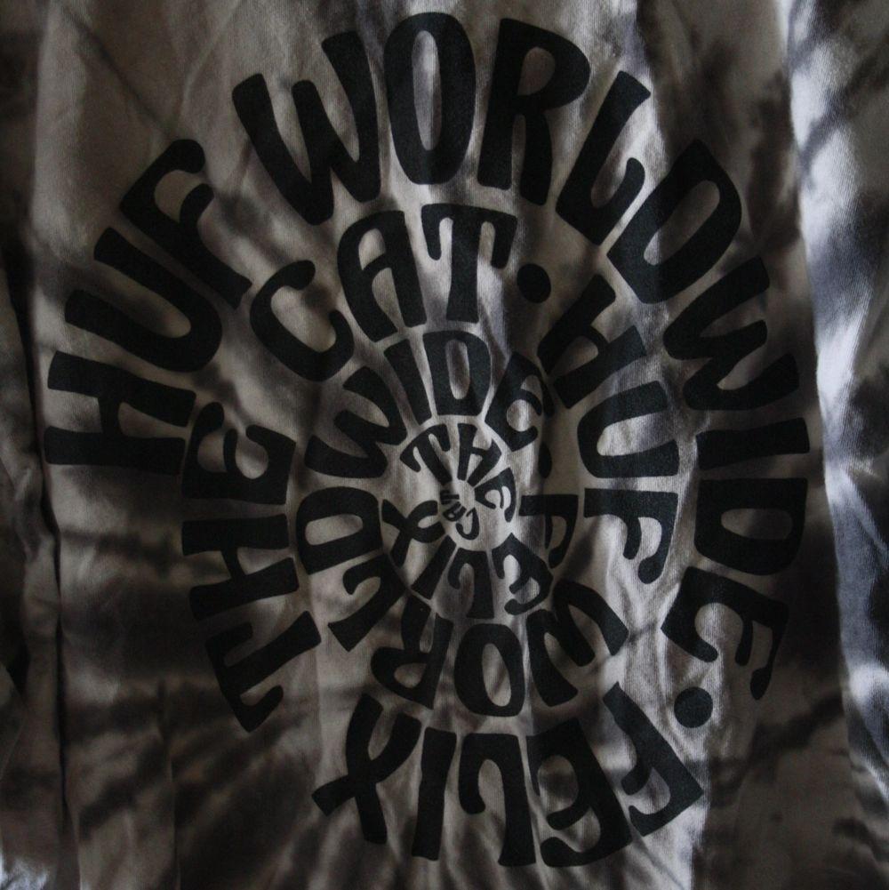 oversize tröja från skatemärket HUF. Första bilden är baksidan. T-shirts.