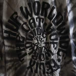oversize tröja från skatemärket HUF. Första bilden är baksidan