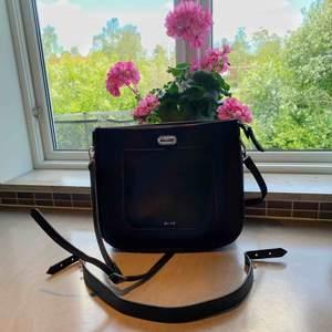Väska ifrån na-kd i storlek 35x29 cm med många innerfack och med mycket plats!🌷 Perfekt att ha som skolväska eller till vardag🌟   Möts upp i Stockholmsområdet eller fraktar 🥰