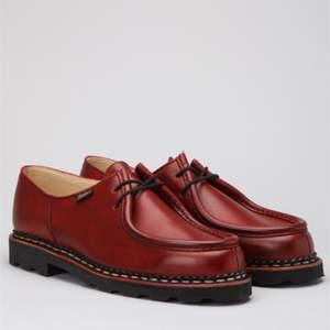 Underbara skor i skinn från det franska märket paraboot. Kostade närmare 3000kr och de är som nya! Liknar dr martens i stilen.  Första bilden är lånad och skorna har en röd rand vid sulan som mina skor inte har! Annars likadana.