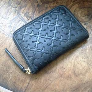 Svart plånbok i läder med gulddragkedja från By Malene Birger. Nypris 450:- köpt på best of brands 2016. Jättefint skick!