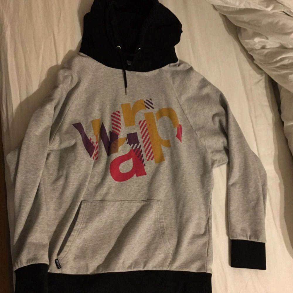 En snygg, tunn, oversized hoodie från wrap Knappt använd. Huvtröjor & Träningströjor.