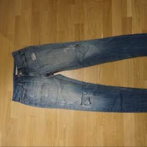 Säljer mina älskade DKNY jeans. De är i storlek 2 vilket motsvarar ca en 36a. Pris kan diskuteras vid snabb affär.
