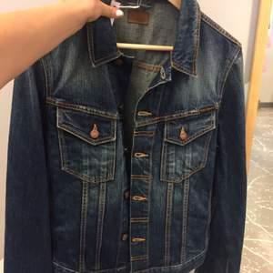 Oanvänd jeansjacka från nudie. Storlek M, liten i storleken så passar en S också