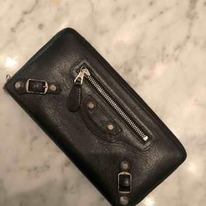 Balenciaga plånbok, inköpt för 3700kr för två år sedan. Kvitto ej sparat men garanterad äkthet  Sparsamt använd