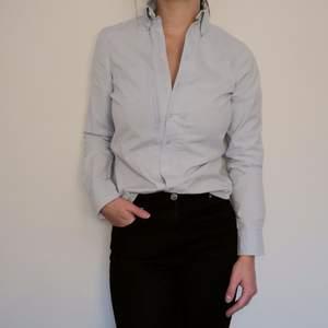 Ljusblå skjorta i fint skick! Från MQ i märket Stockh lm och storlek 34. Fin figursydd passform!