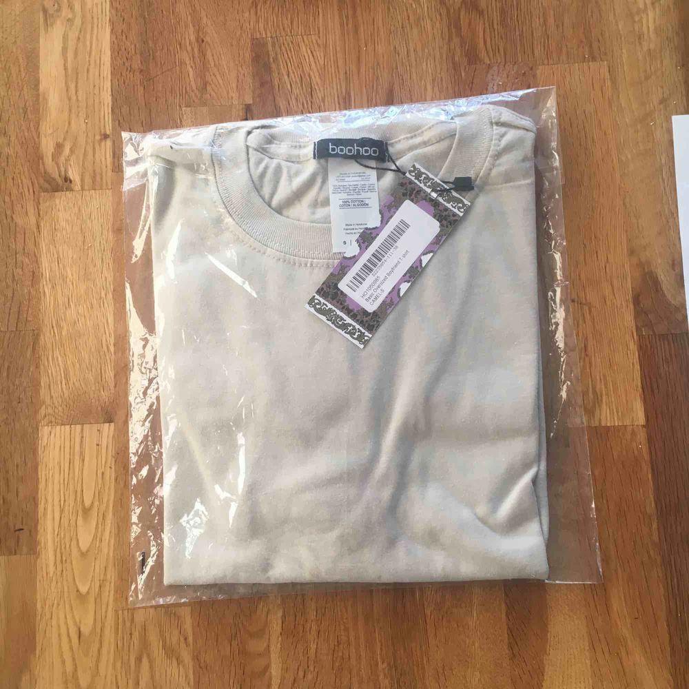Säljer denna skitsnygga t-shirten från boohoo i färgen camel, den sitter snyggt oversized och säljer pga att jag råka beställa dubbletter, så den är kvar i påsen och i nyskick, nypris 100kr, frakt tillkommer . T-shirts.