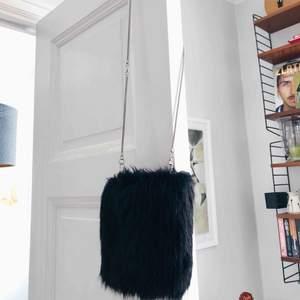 Lurvig väska från Carin Wester. Skickas mot frakt eller möts upp i centrala Stockholm.